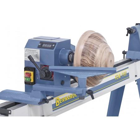 Pentru prelucrarea unor piese mai mari capul axului poate fi pivotat cu 90 grade.