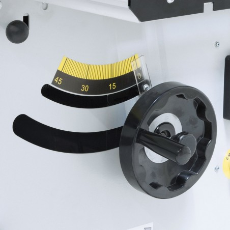 Unghiul discului fierastrau este afisat pe o scala mare si usor lizibila.