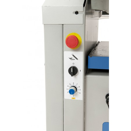 ADM 300 V este dotat cu avans continuu variabil (1 - 10 m/min)
