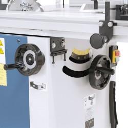 Ajustarea inaltimii respectiv pivotarii agregatului fierastrau se realizeaza prin rotile de mana ergonomic montate.