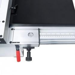 Lupa integrată în opritorul longitudinal simplifică citirea scalei în mm şi dă posibilitatea astfel unei reglări exacte a lăţimi